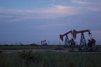 黄昏时刻的油井生产