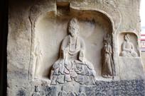 面部被破坏的佛像石雕