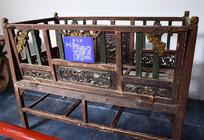 木雕装饰的婴儿床