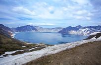 长白山天池西坡白雪冰冻湖面
