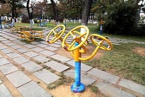 公园里的健身器材