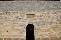 古寺院中的青砖墙