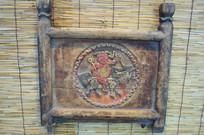 老式坐轿上的麒麟送子木雕