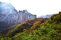 绿色山岭和险峻山峰