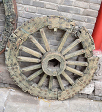 破旧的马车轮子图片