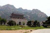 山脚下的传统建筑