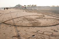沙滩上的心形图案