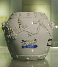 白地刻梅花纹瓷罐