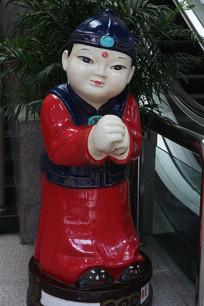 彩色的恭喜发财金童雕像