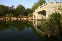 大明湖石桥侧面风景