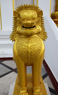金色的狮子雕塑