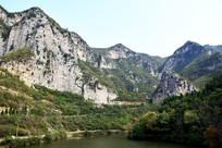 高山之间的水库