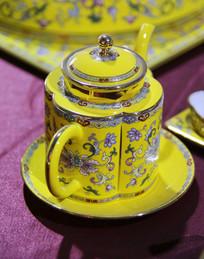 黄地花卉纹茶壶