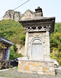 山脚下的青砖古建筑