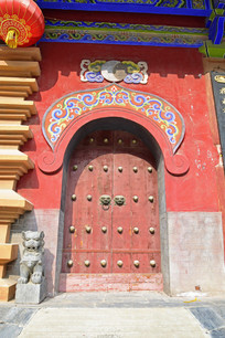 寺庙的红色大门摄影图