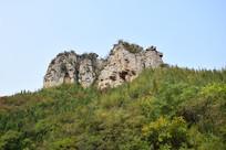 突兀的石头山峰