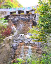 水库外面的瀑布摄影图