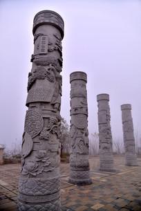 广场上的石柱雕塑