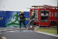 检查器材的消防员