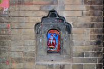 青砖老建筑上的神龛