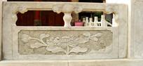 石雕护栏上的菊花图案