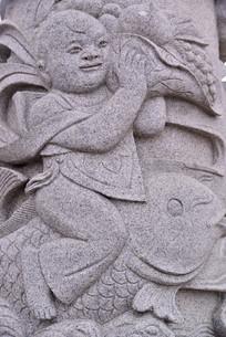 石雕图案孩童和花篮