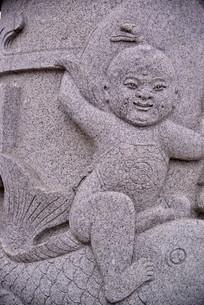 石雕图案孩童和鲤鱼