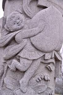 石雕图案怀抱仙桃的孩童