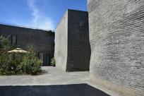 草场地画廊灰墙