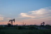 落日后的生产油井