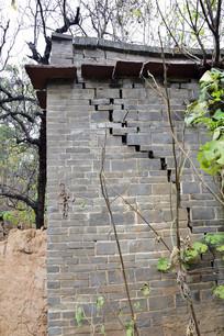 有裂纹的青砖老房子