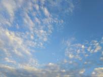 蓝色天白云月亮