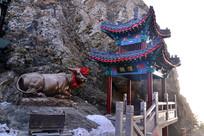 老君山上楼亭和铸造牛雕塑