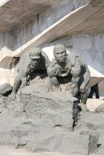唐山大地震雕塑徒手救援