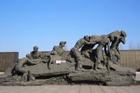 唐山大地震雕塑震后救援