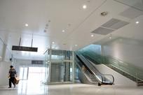 飞机场一楼通往二楼阶梯