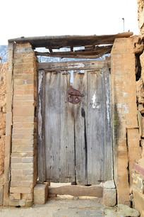 青砖门柱和旧木门