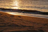 日出时的海滩