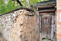 石墙木门农村建筑摄影