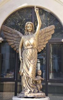 长翅膀的天使少女雕像