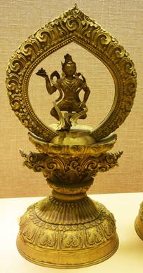 精美卷曲纹装饰的佛像