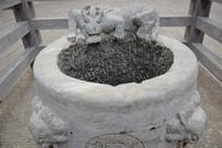 井圈石上的神兽石雕