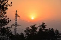 透过高压线塔看到的日出