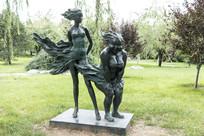 风吹起女孩的裙子雕塑