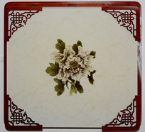 镂空木雕装饰的牡丹花