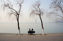 昆明湖岸椅子上休息的游人