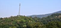 绿色山峰上的信号塔