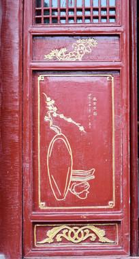 木门上的简单木雕