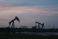 暮色夕阳中的油井