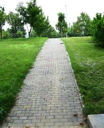 青砖铺设的公园道路